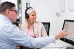 Hörakustiker im Gespräch mit einer Kundin