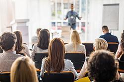 Menschen von hinten bei einer Konferenz