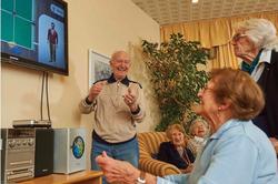 Senioren spielen gemeinsam ein Videospiel