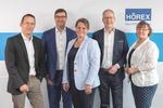 Der Aufsichtsrat der HÖREX: zwei Frauen, drei Männer vor einer Wand mit HÖREX Logo